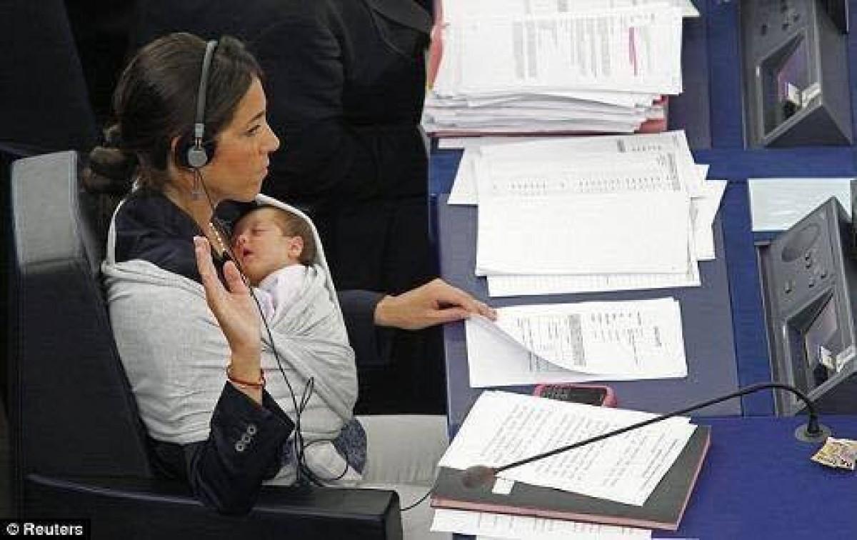 Η μητρότητα σε ακολουθεί παντού, ακόμη και στο Ευρωκοινοβούλιο!