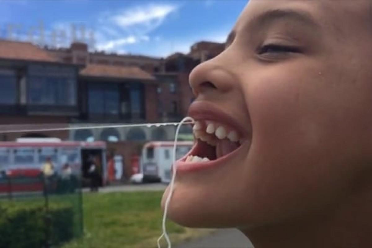 Μπαμπάς βγάζει το δόντι του γιου του χρησιμοποιώντας… drone!