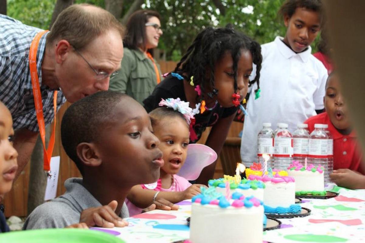 Μαμά διοργανώνει πάρτι γενεθλίων για τα άστεγα παιδιά