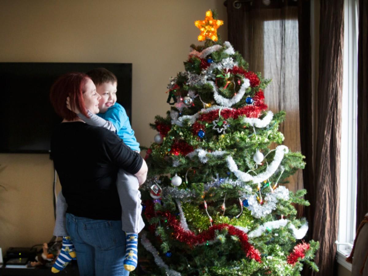 Μία ολόκληρη πόλη γιορτάζει τα Χριστούγεννα νωρίτερα προς τιμήν ενός 7χρονου που χάνει τη μάχη του με τον καρκίνο