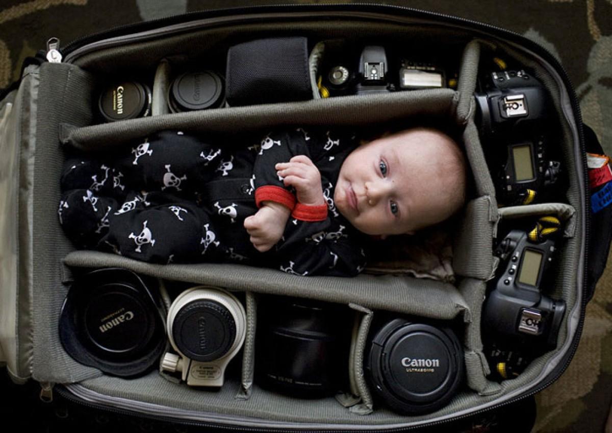 Μωρά φωτογραφίζονται να κοιμούνται μέσα σε τσάντες φωτογραφικών μηχανών
