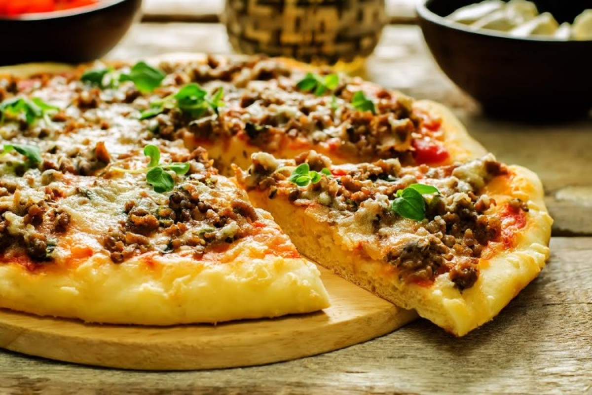 Πίτσα με κιμά και μοτσαρέλα