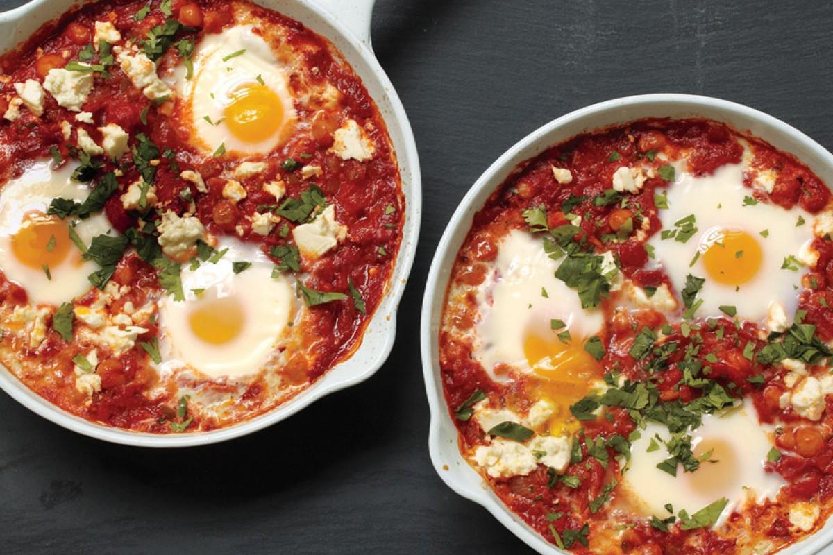 Αβγά ποσέ σε σάλτσα ντομάτας με ρεβύθια και φέτα