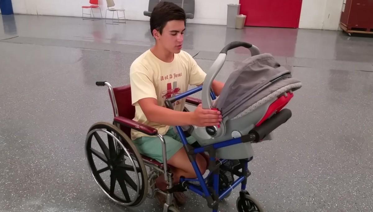 16χρονο αγόρι εφεύρει ένα πρωτότυπο αμαξίδιο με καροτσάκι μωρού για μια ανάπηρη μανούλα