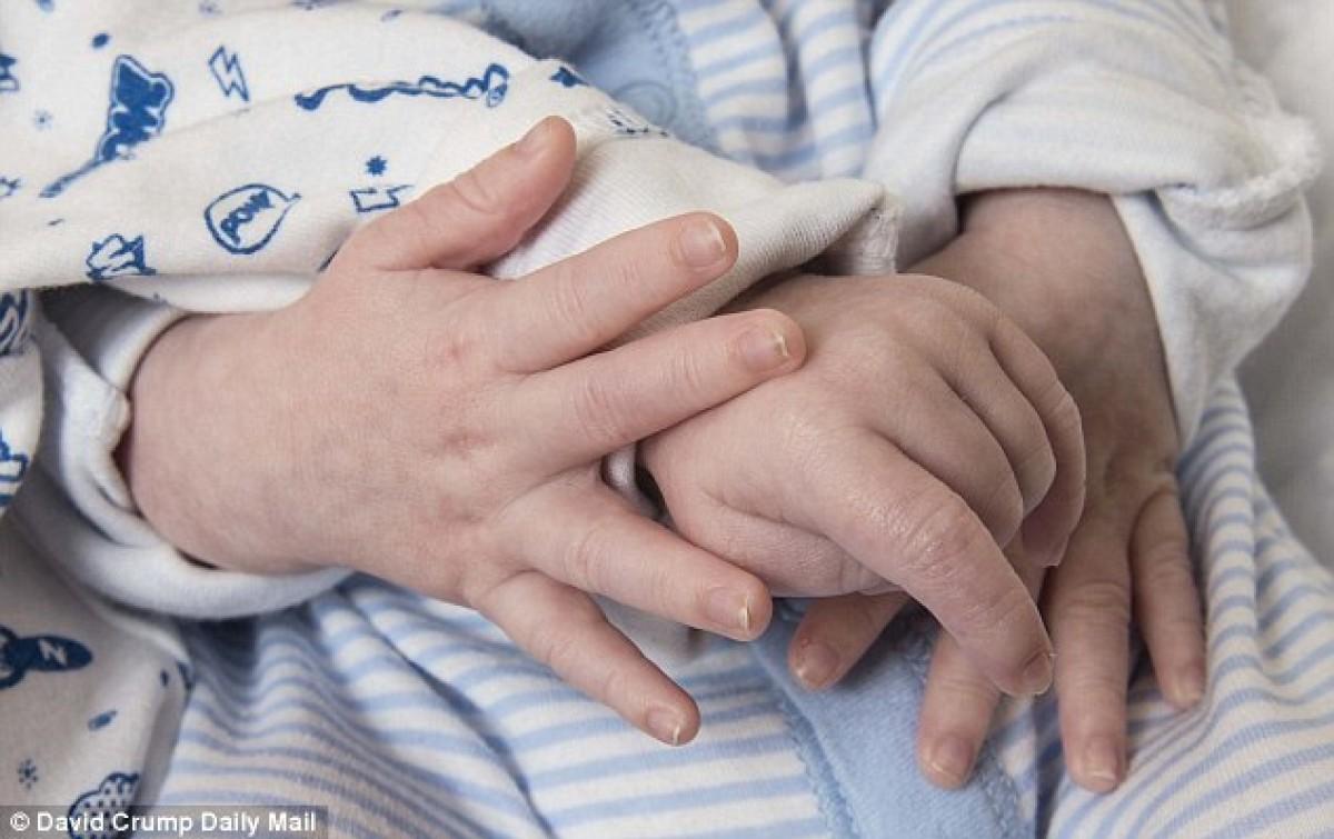 Η απίθανη στιγμή που δυο νεογέννητα ενώνουν τα χέρια απέναντι στον κίνδυνο