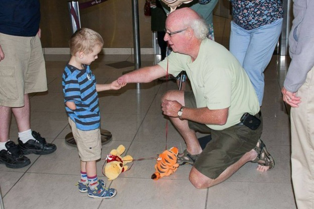 Ένα γλυκό υιοθετημένο παιδάκι συναντά για πρώτη φορά τον παππού του