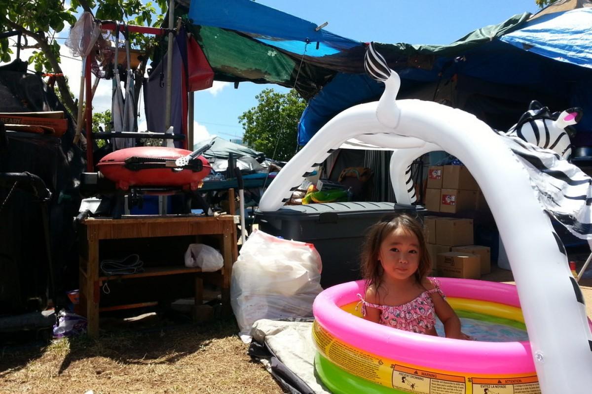 Συγκινητικές φωτογραφίες παρουσιάζουν την καθημερινότητα ενός 3χρονου άστεγου κοριτσιού στη Χαβάη