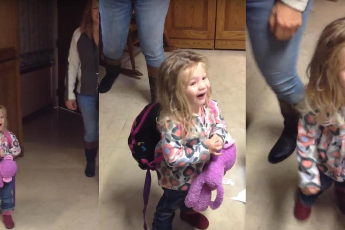 Ένα χαριτωμένο κοριτσάκι συναντά για πρώτη φορά τον μικρό της αδελφό