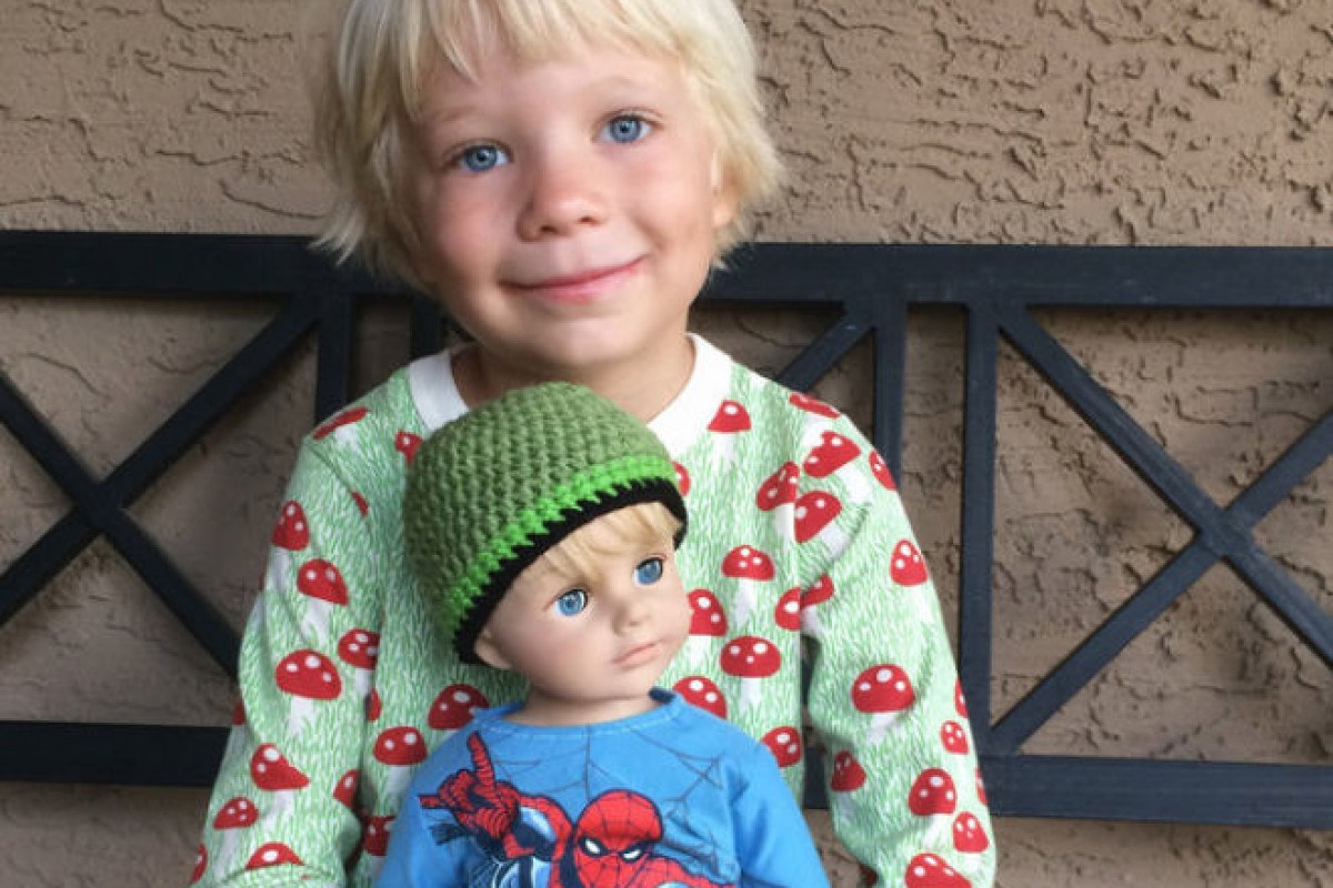 Μαμά μεταμορφώνει μια κούκλα σε αγοράκι για να μοιάζει στον γιο της