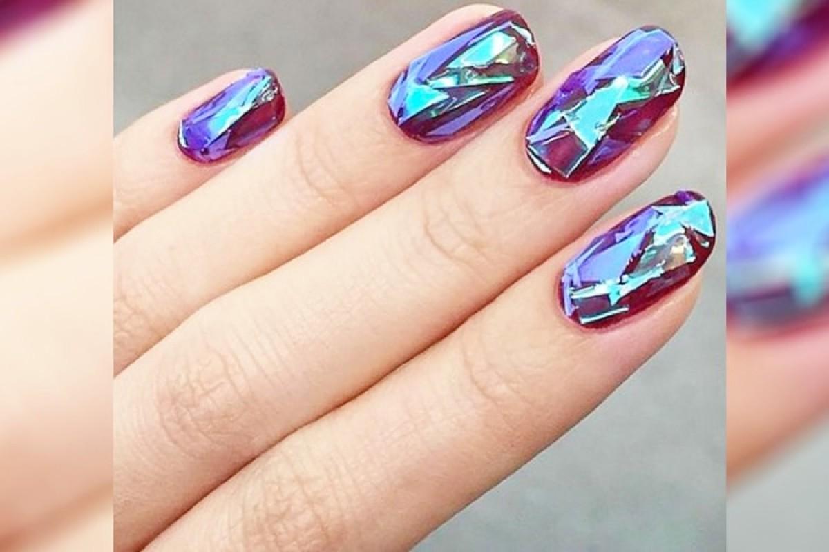 Η νέα τάση στα νύχια: Glass nails!