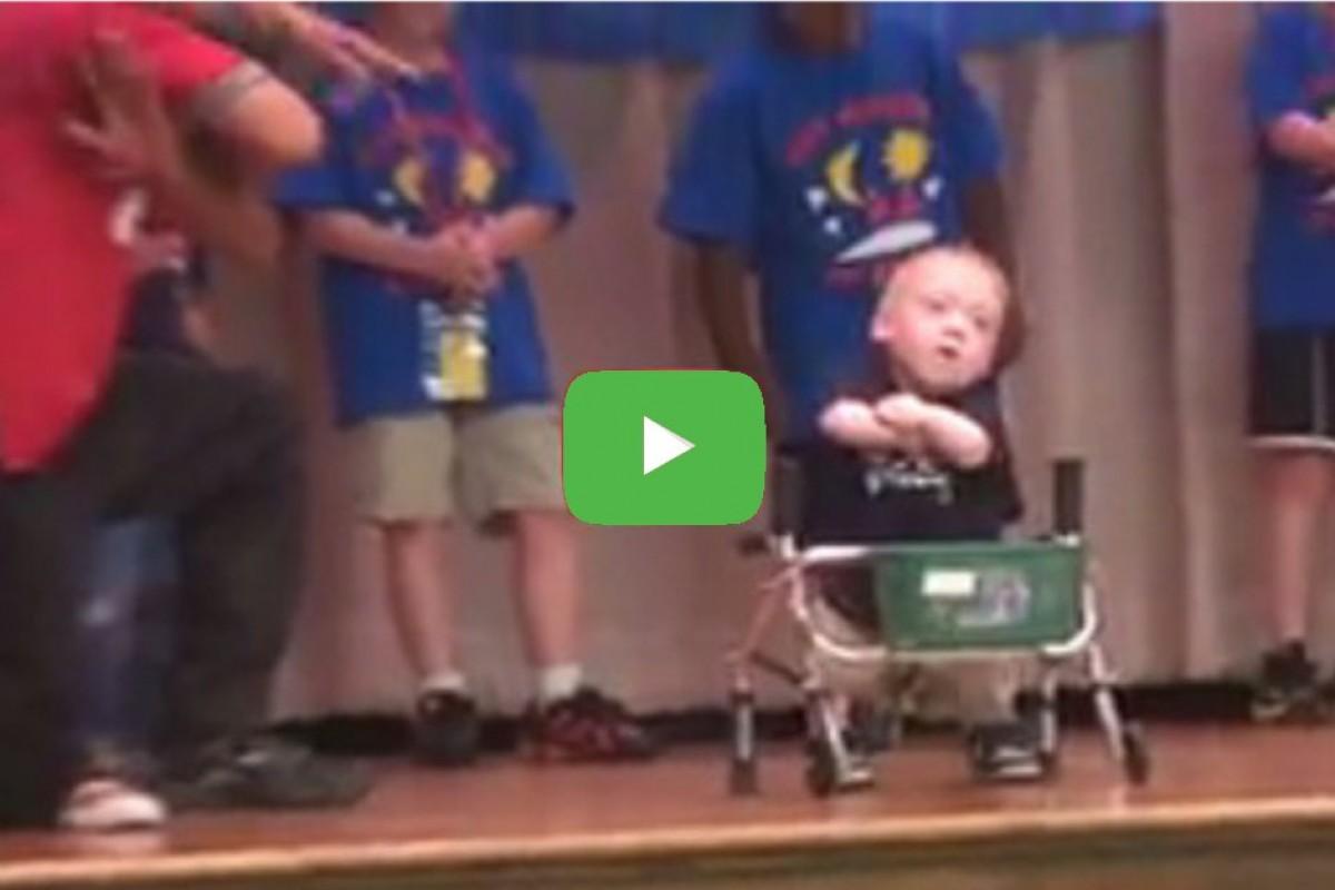 Θαυμάστε έναν μικρό χορευτή που δεν τον απασχολεί καθόλου η αναπηρία του