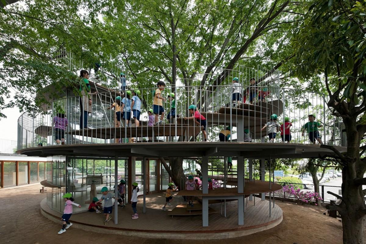 Θαυμάστε ένα ξεχωριστό νηπιαγωγείο χτισμένο γύρω από ένα δέντρο γεμάτο ιστορία