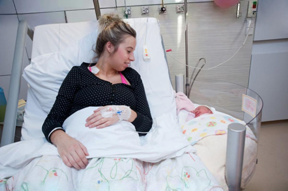 Αυτά τα κρεβατάκια επιτρέπουν σε μαμάδες και νεογέννητα να είναι πραγματικά δίπλα στο μαιευτήριο