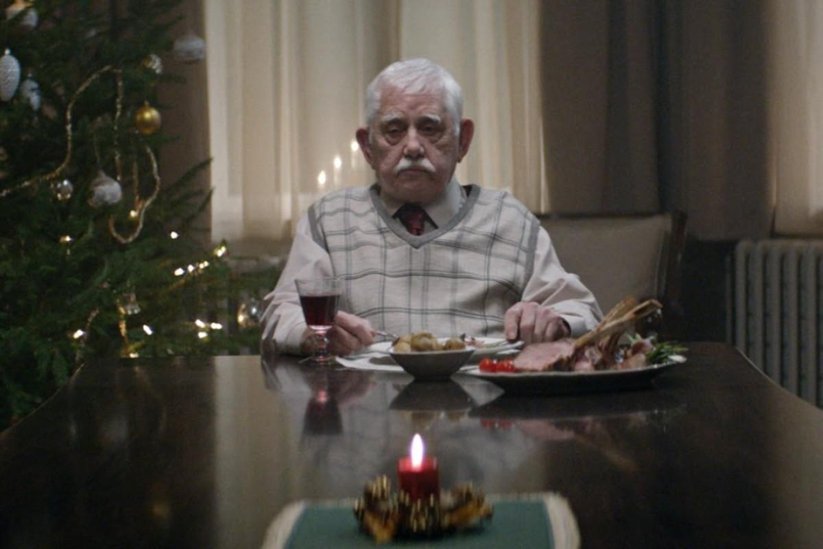 Αυτός ο παππούς έμεινε να γιορτάσει μόνος του τα Χριστούγεννα και φέτος, ώσπου…