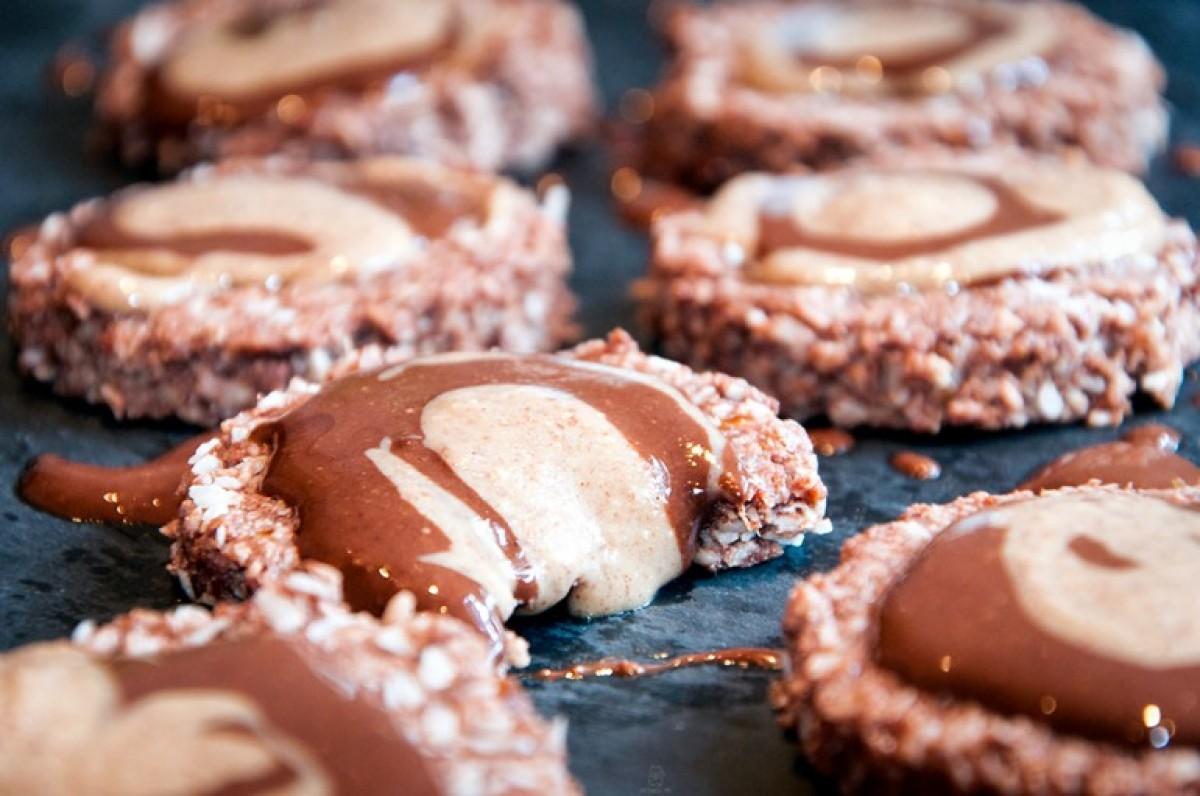 Μπισκότα από κακάο και καρύδα με επικάλυψη σοκολάτα-φυστικοβούτυρο