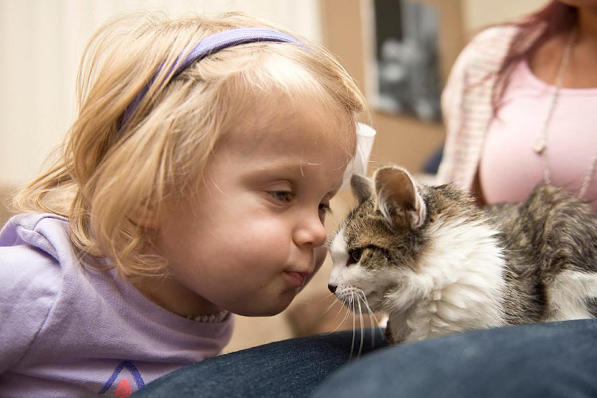 Κοριτσάκι με αναπηρία βρίσκει μια φίλη σε μια γάτα με τρία πόδια