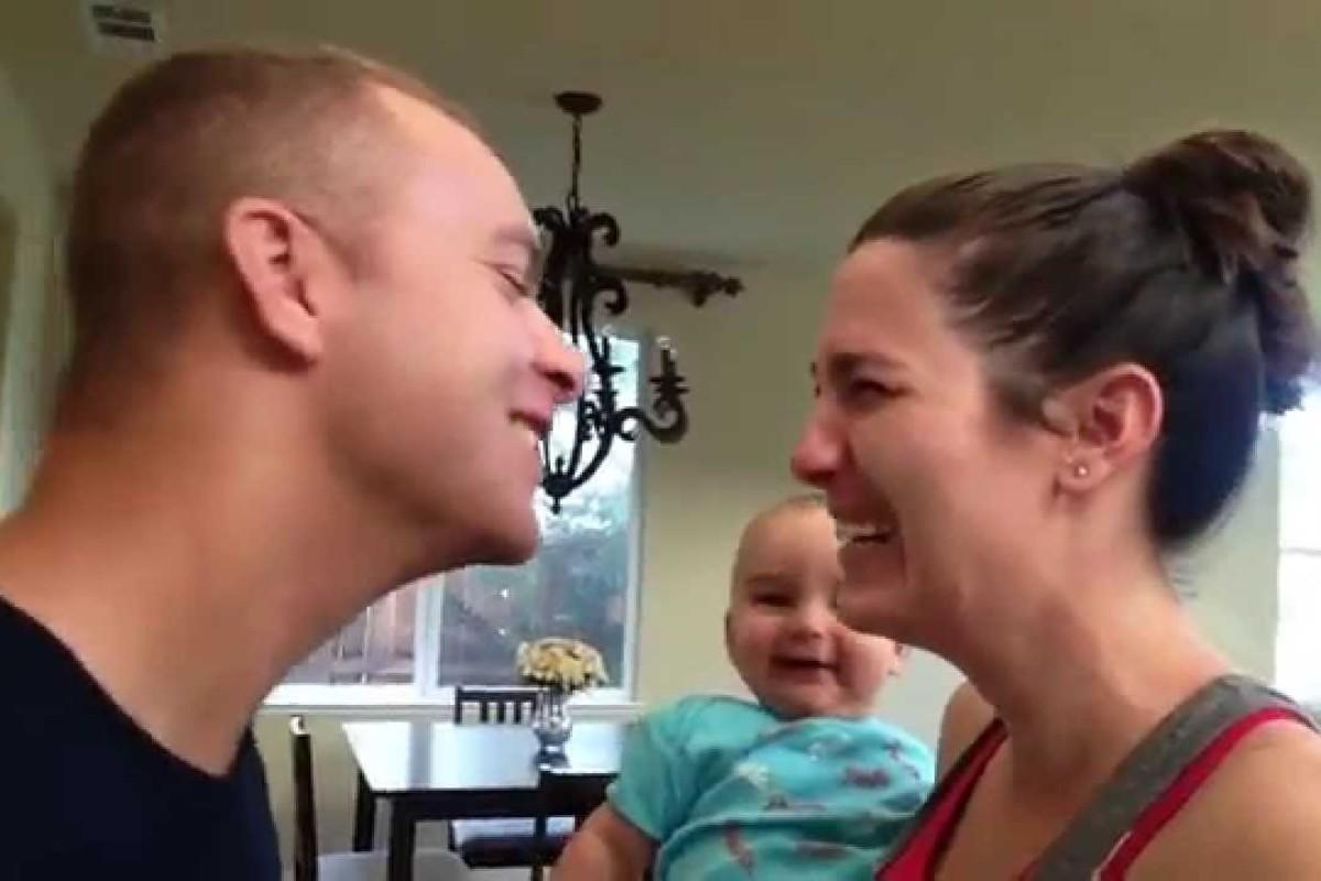 Μωράκι ξεκαρδίζεται στα γέλια βλέποντας τους γονείς του να φιλιούνται