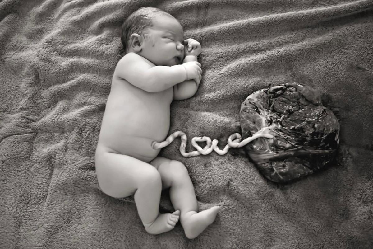 Μαμά φωτογραφίζει το νεογέννητό της με τον πλακούντα του