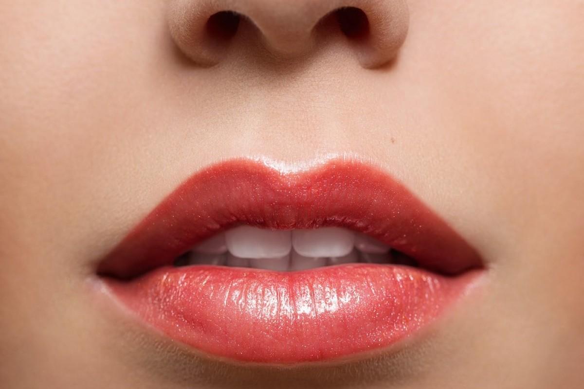 Πώς να κάνεις το χρώμα στα χείλη να διαρκεί για ώρες!