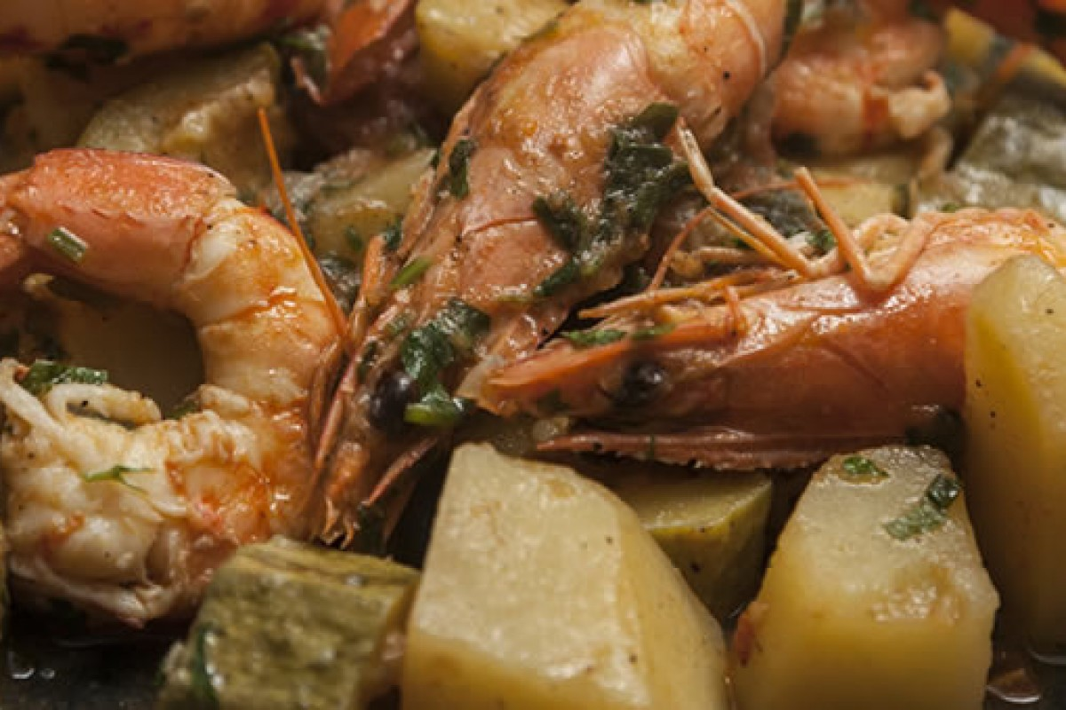 Γαρίδες ή καραβίδες με κολοκυθάκια και πατάτες στην κατσαρόλα