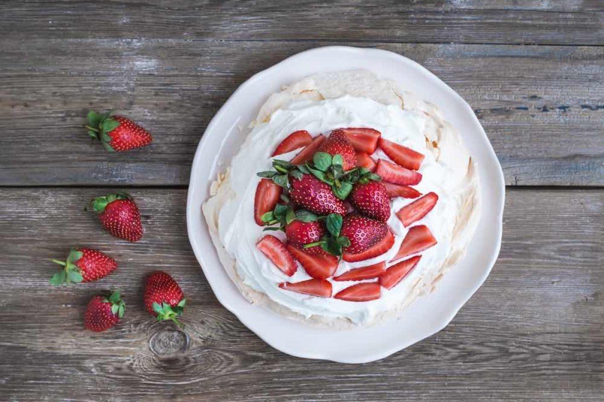 Πάβλοβα με φράουλες