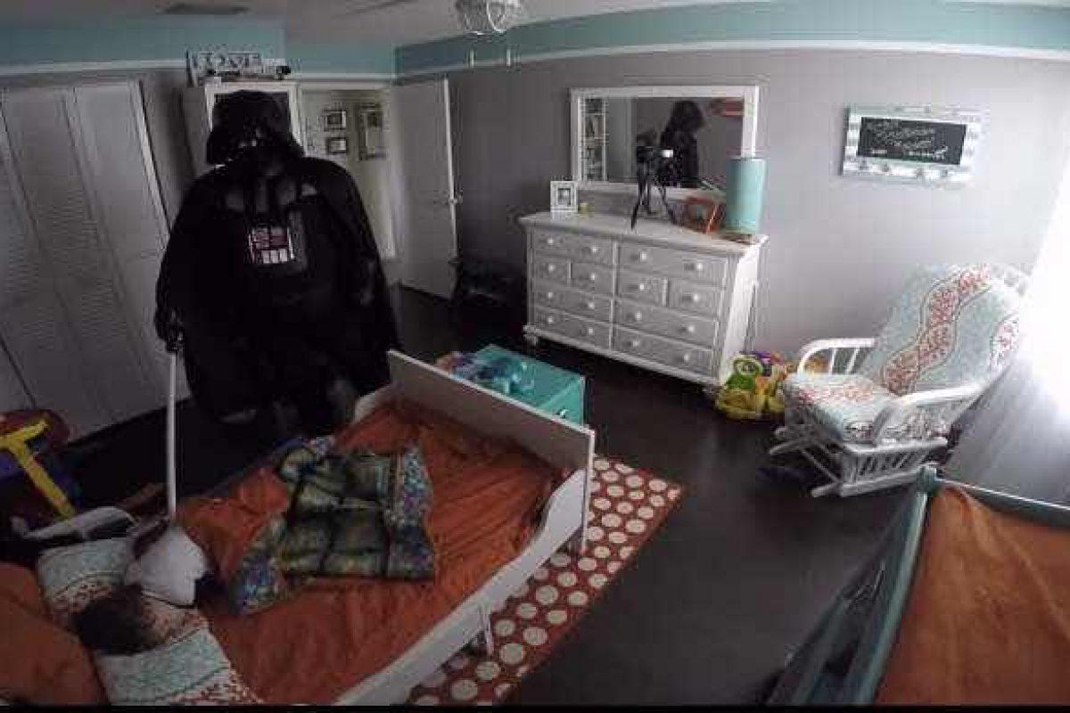 Αυτός ο μπαμπάς ξύπνησε τον δίχρονο γιο του ντυμένος Darth Vader! Δείτε την αντίδραση του μικρού!