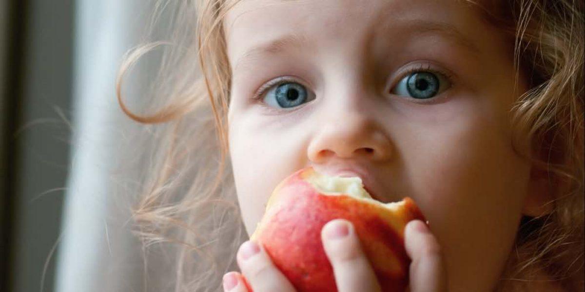 Μάχη της μαμάς με το παιδί για να φάει φρούτα ή μήπως μάχη της μαμάς με τον… εαυτό της;
