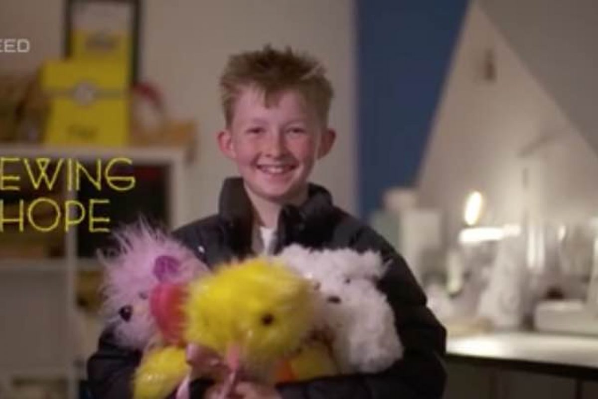 Γνωρίστε το αγόρι που ράβει κάθε μέρα αρκουδάκια για άρρωστα παιδιά!
