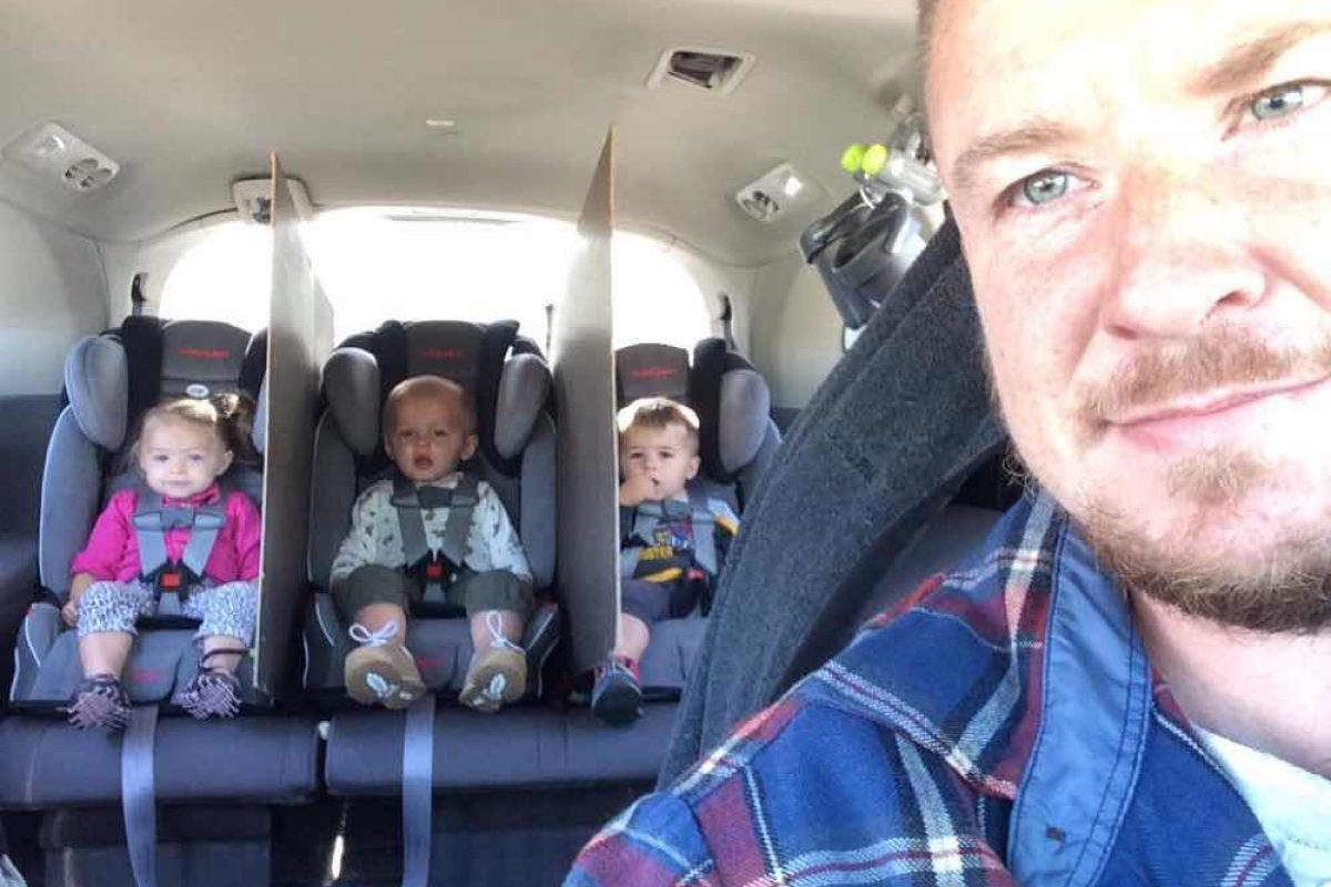 Αυτός ο μπαμπάς σκέφτηκε έναν τρόπο για να σταματήσει τους καυγάδες στο πίσω κάθισμα!