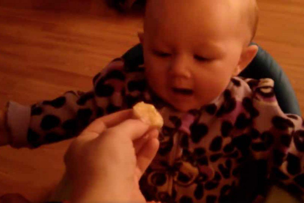 Αυτό το μωρό ΛΑΤΡΕΥΕΙ τις μπανάνες!