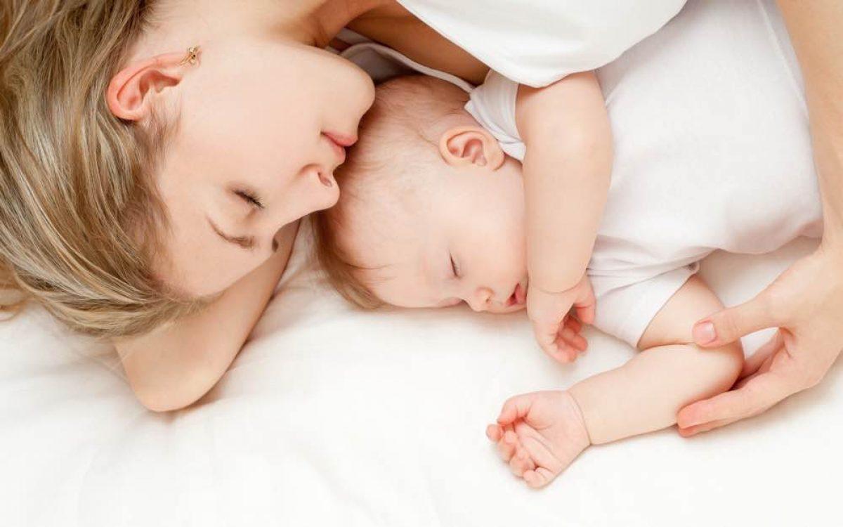 Οι νέες οδηγίες της ΑΑΠ για την ασφάλεια στον ύπνο των βρεφών και το θηλασμό