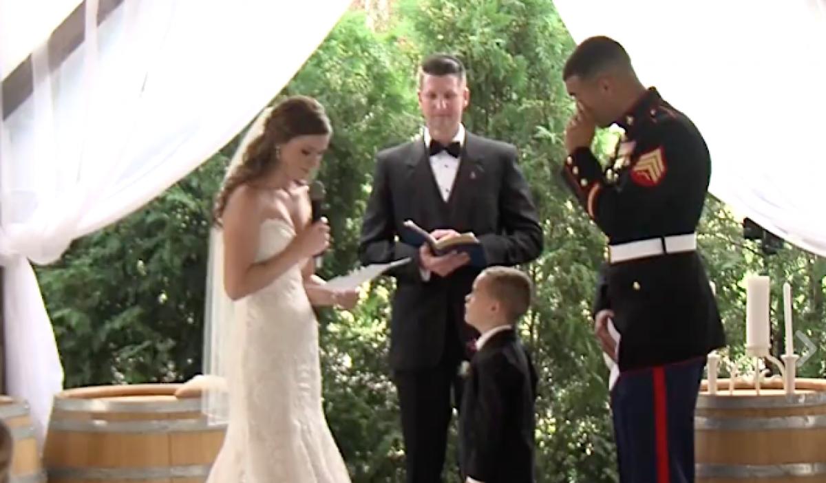 Η συγκινητική αντίδραση ενός μικρούλη στο γάμο του πατέρα του