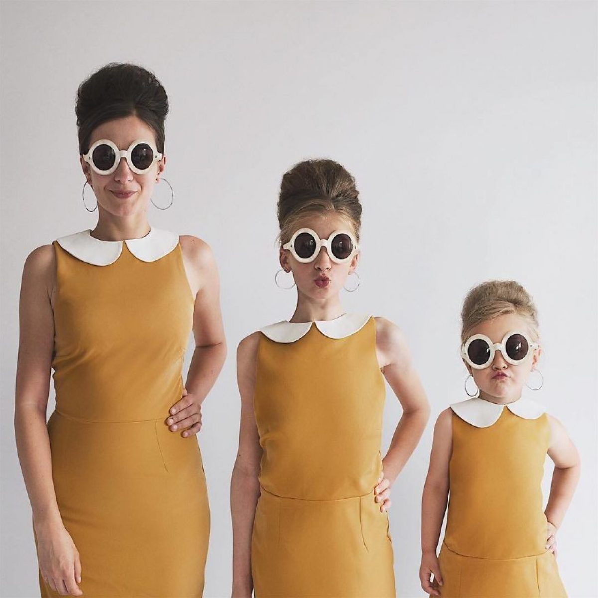 Μια μαμά και οι δυο κόρες της φωτογραφίζονται με ίδια ρούχα και είναι απλά απίθανες!