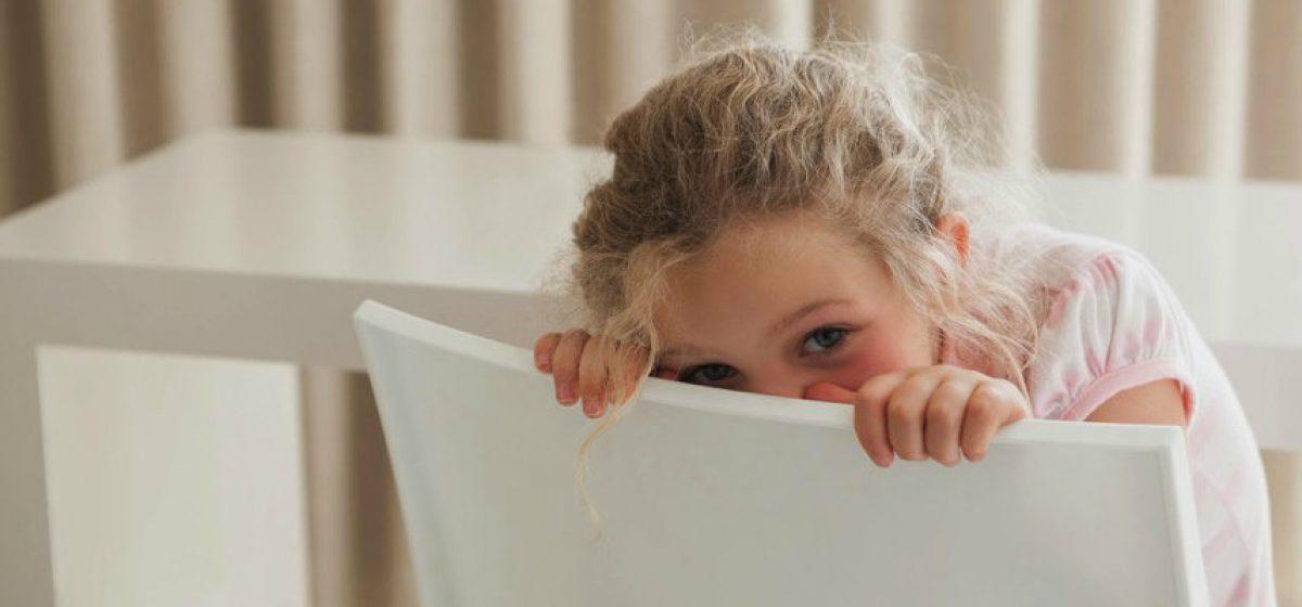 Ντροπαλό – διστακτικό παιδί: πώς το ενθαρρύνουμε;