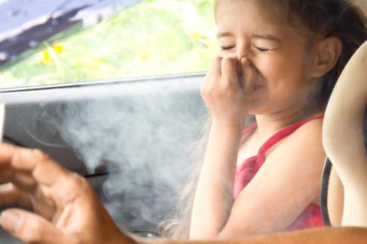 Ποινές για όσους καπνίζουν με παιδιά στο ΙΧ -Πρόστιμο 1.500 ευρώ, αφαίρεση διπλώματος για έναν μήνα