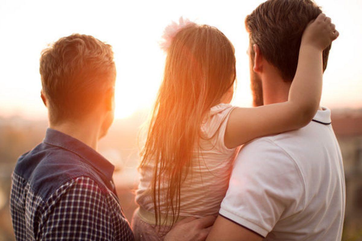 4+1 λόγοι γιατί η υιοθεσία από ομόφυλα ζευγάρια κάνει καλό
