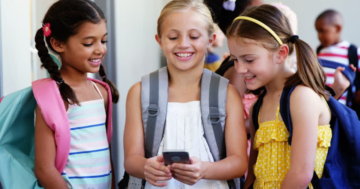 Ο Γαβρόγλου απαγορεύει τα κινητά στα σχολεία – Φωτογραφίες μόνο με άδεια κηδεμόνα