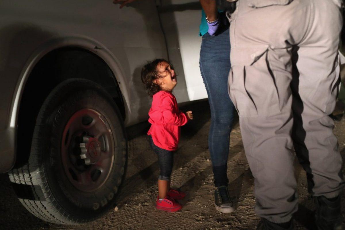 «Το μόνο που ήθελα ήταν να την πάρω αγκαλιά»: Πώς ένας φωτογράφος απαθανάτισε την εικόνα που η Αμερική δεν μπορεί να αγνοήσει