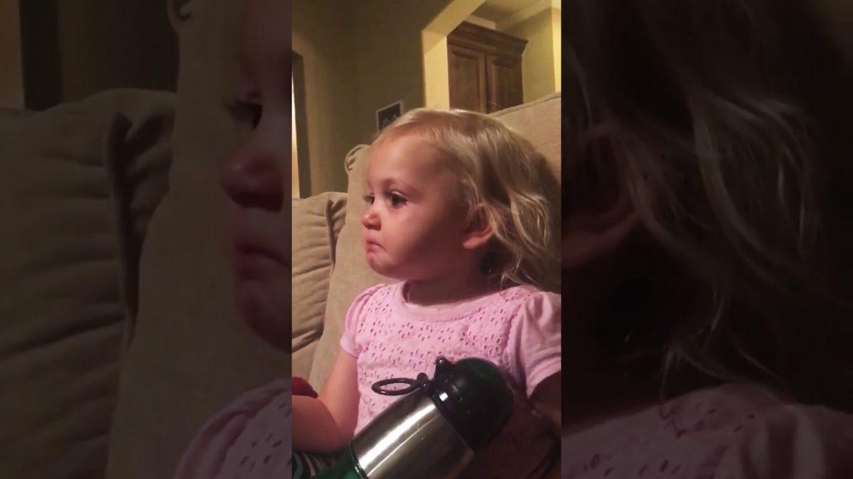 Μια πολύ χαριτωμένη και αληθινή αντίδραση ενός δίχρονου κοριτσιού που συγκινείται με την ταινία που παρακολουθεί