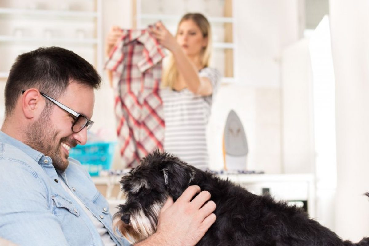 Eρευνα: Τι κάνουν οι άνδρες τα Σαββατοκύριακα όταν οι γυναίκες τους ασχολούνται με τις δουλειές του σπιτιού