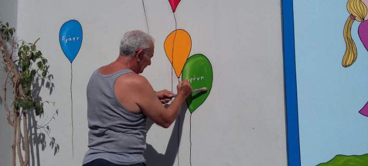 Ο «παππούς» Γιώργος που δίνει χαρά με τα πινέλα του -Ζωγραφίζει σχολεία στην Πάτρα