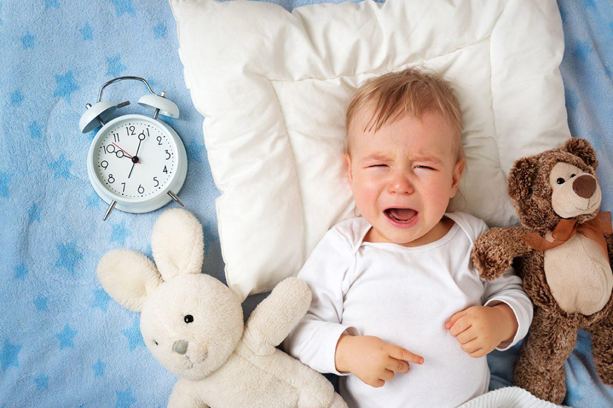 Χτυπιέται πριν τον ύπνο… Μήπως έχει καταλάβει την κακή σχέση που έχουμε με τον πατέρα της;
