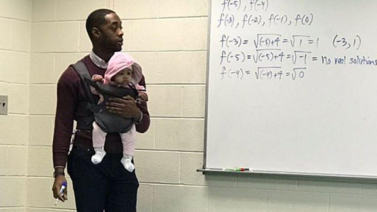 Καθηγητής έκανε babysitting εν ώρα μαθήματος επειδή δεν υπήρχε διαθέσιμη θέση για το μωρό μαθητή του