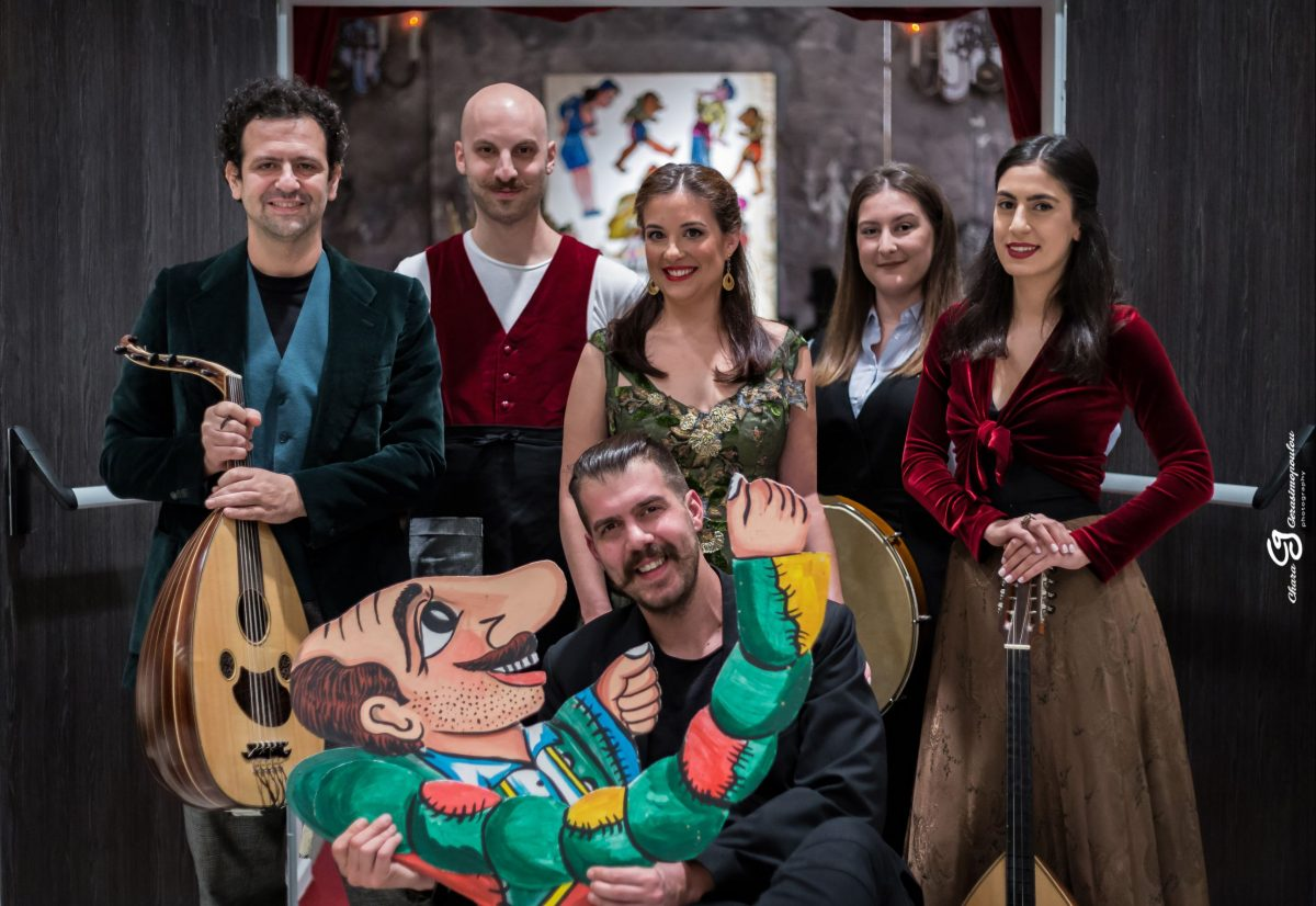 Στο σπίτι του Καραγκιόζη συνεχίζονται έως τις 20 Απριλίου οι παραστάσεις του νέου έργου του Ηλία Καρελλά  «Ο Καραγκιόζης μαέστρος»!