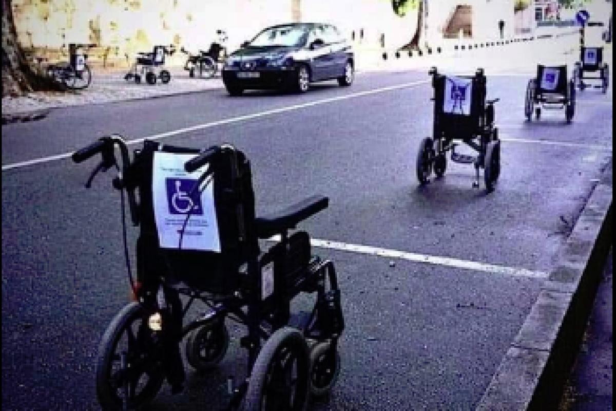 """«Έλα στη θέση μου"""", λένε τα άτομα με αναπηρία και παρκάρουν τα αμαξίδια τους σε θέσεις…parking!"""