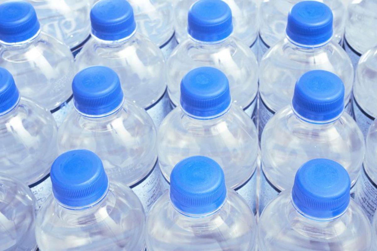 Έρευνα σοκ για το εμφιαλωμένο νερό από πλαστικά μπουκάλια