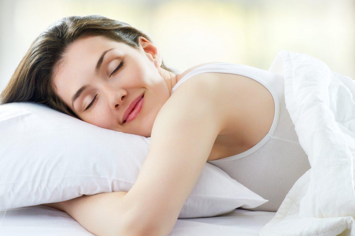 Ένας ειδικός αποκαλύπτει πόσες ώρες ύπνου χρειάζεστε για να χάσετε βάρος