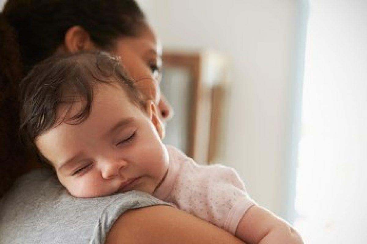 Δεν γίνεται να κοιμάται στην αγκαλιά μου κι εγώ να είμαι όρθια! Είμαι απελπισμένη!