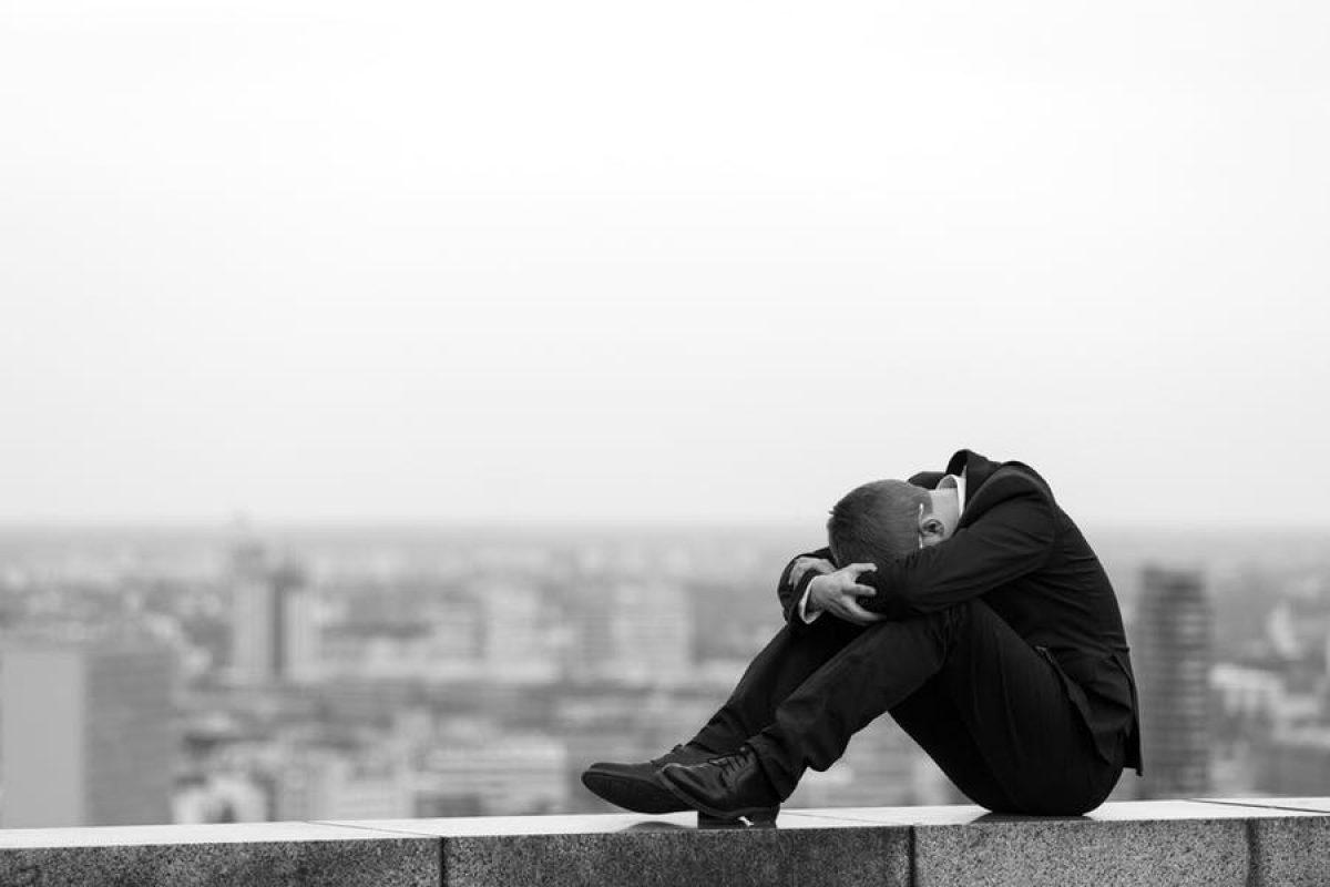 Ένας ψυχολόγος εξηγεί γιατί η απόγνωση συχνά οδηγεί σε κατάθλιψη