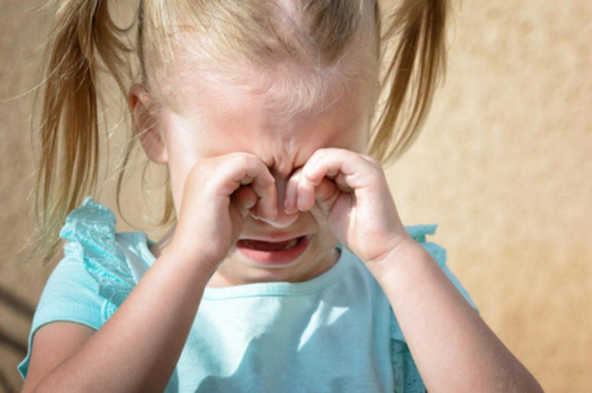 Θέλει να παίζει μόνο μαζί μου ή με τον μπαμπά της και κλαίει με μικροπράγματα…